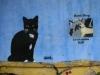 Stencils an Fassade in Exarchia – Schwarze Katze und Riot Dog / Loukanikos (Oré)